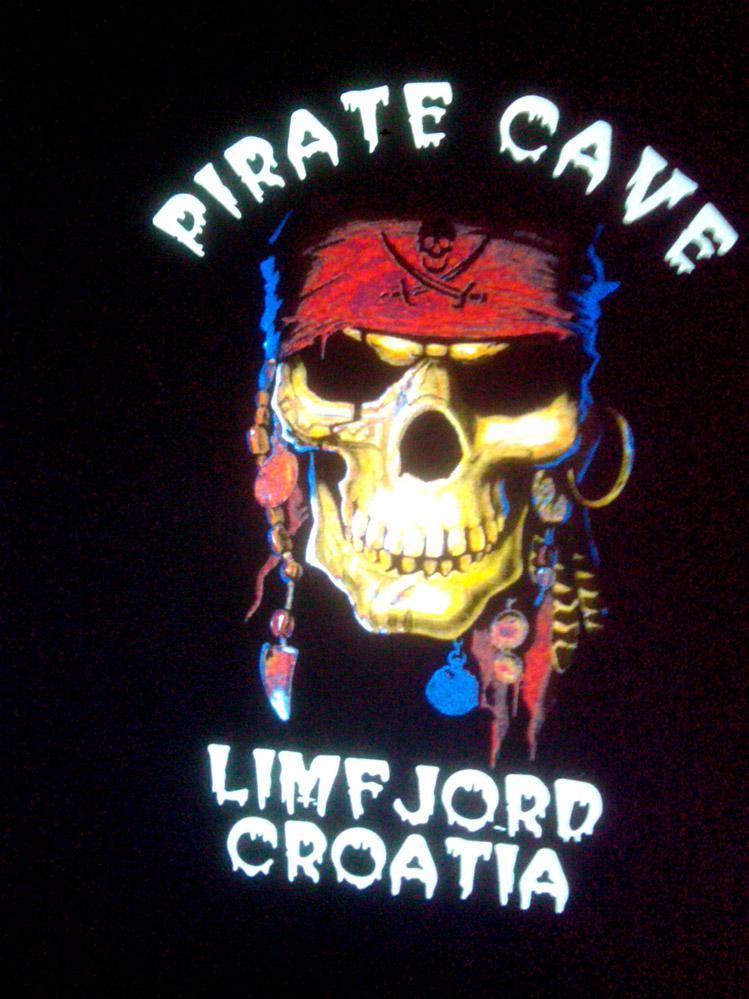 Pirate Cave color tisak na crnoj pamučnoj majici